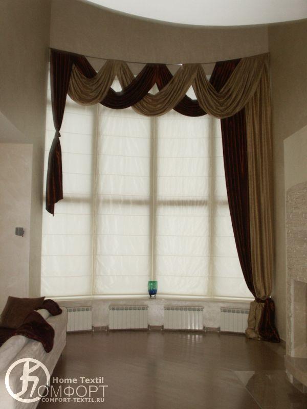 Использование рулонных штор в оформлении окна гостиной.